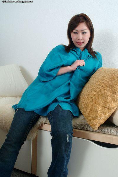 एमेच्योर एशियाई किशोरी Yumi से पता चलता है बंद उसके गांड और बालों वाली चूत में करीब ऊपर