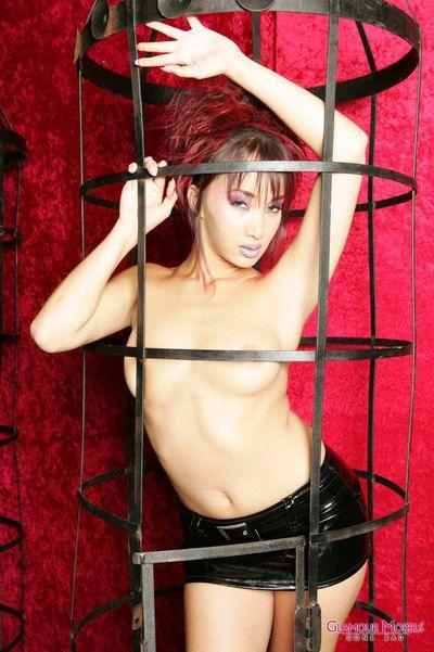 तंग शरीर चुलबुला एशियाई मॉडल Katsumi बन गया में तंग लेटेक्स मिनी स्कर्ट और नग्न