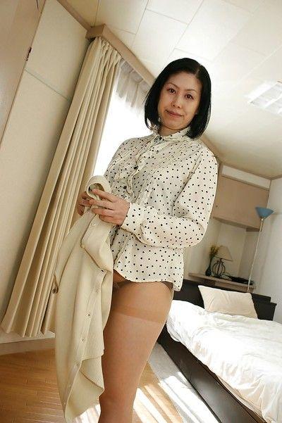 жирные Blackhaired Азии Мамаша Toyomi Фуру медленно раздевается
