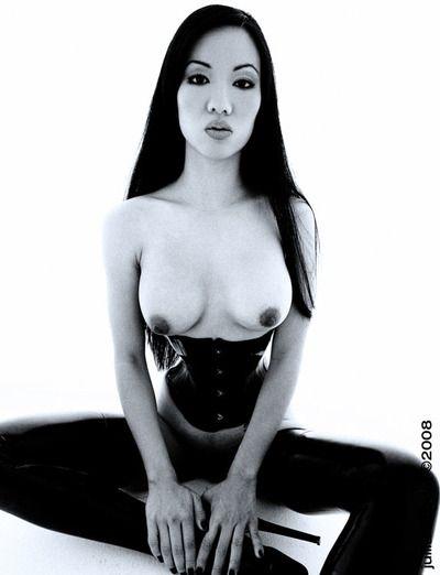 Asiático Jade vixen en Muslo Alta látex botas y corsé hace no Secreto de su Tetas y arrebatar