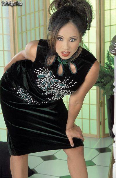 кудрявый позы от Похотливые Азии Лиза Лин Мастурбация и Играет ее натуральный пушистый Бобер