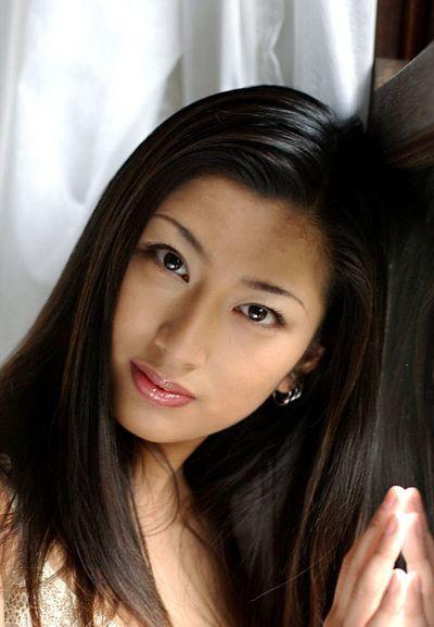 Asiatische girlie ran Asakawa ist in die weiß Dessous und auch alle Nackt vor Kamera