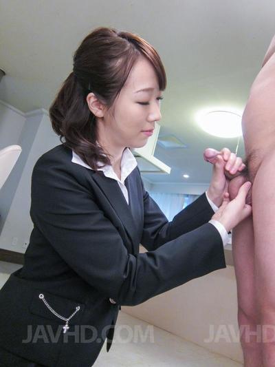озорной темный черноволосый Азии секретарь Хитоми Оки дает а Горячая Минет и а ездить