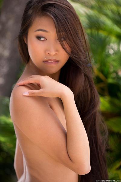 Отлично формы Азии Детка Шарон Ли позы в Стринги и дразнит с ее сексуальная сиськи