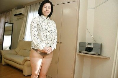 Asian milf Toyomi Furui shows us her cute wide-opened vagina!