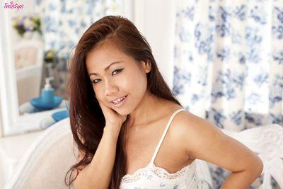 Брюнетка Азии любит Стимулирование ее Волосатые киска Во время Удивительно соло