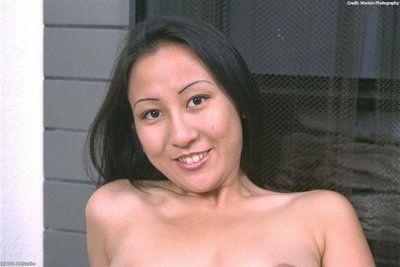 Asiático primero temporizador Lisa revelando grande natural Tetas Mientras desvestirse