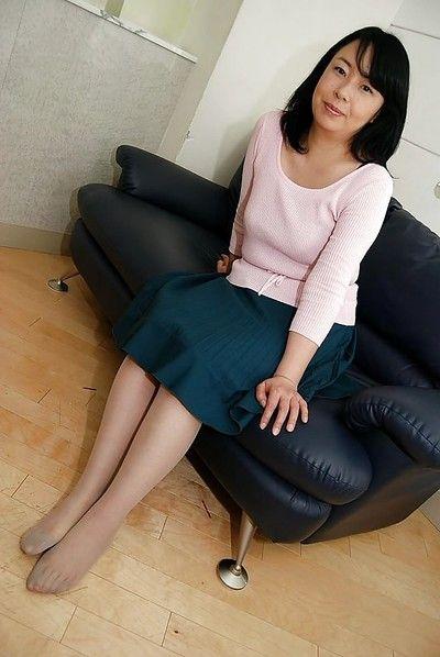 Азии Мамаша Нори shibamura раздевание и распространение ее волосатые ниже губы