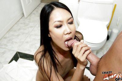 Amateur Asiatique Brunette tala basi déboutonne pantalon et suce arbre