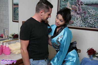 Привлекательная Азии Мамаша Мика Тан отрабатывает все сексуальная обещания она сделал