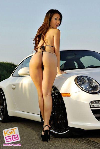 Glänzend Bikini hot auf Asiatische Auto Modell kt So posing im freien