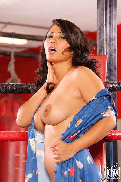 Asian brunette Jessica Bangkok is posing naked like a pornstar
