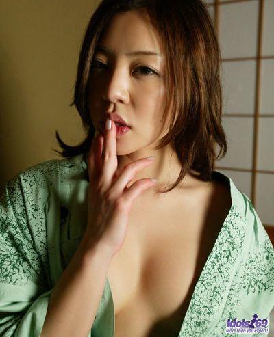 японский захватывающие Красота Детка Юи Кумиры это получение ню и возбуждающе мастурбирует ее гладкая киска