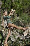 رائع في سن المراهقة فاتنة ميلينا ينتشر لها ضيق كس في الهواء الطلق