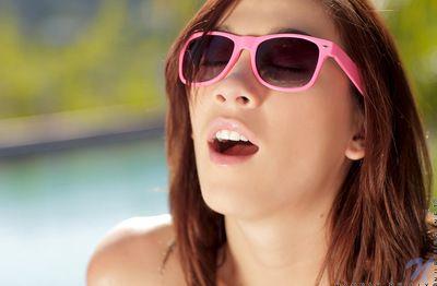 勇敢的 和 耀眼的 棕色 青少年 与 眼镜 是 手淫 她的 刺激的 娘们 户外活动