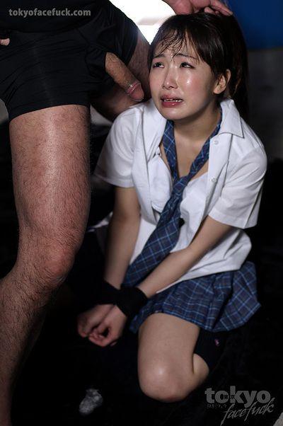 اليابانية تلميذة في عبودية الإسكات على ابن عرس الكلمات و الحصول على guestimated ارتشف