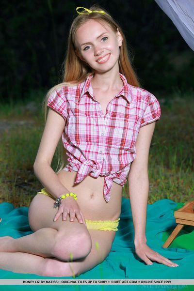 魅力 模型 蜂蜜 Liz 暴露 小小的 青少年 奶 在 无与伦比 鸟 宽